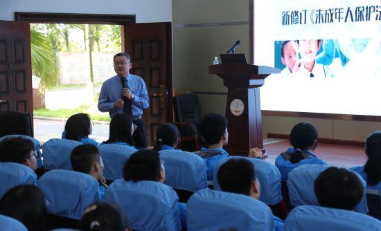 图为合川区人民检察院党组书记、检察长杨洪广为学生带来了一堂法治课。合川龙市中学供图
