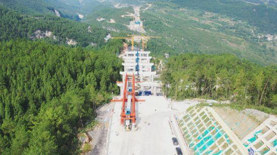 图为渝湘复线高速双堡特大桥施工现场。王津川 摄