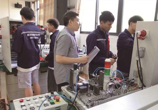 学生在AHK中德培训中心进行仿生产过程的机电一体化综合模块培训