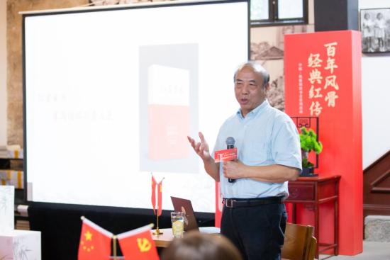 图为重庆红岩革命历史博物馆原馆长、著名文史专家厉华讲述《红岩家书》故事。中信银行重庆分行供图