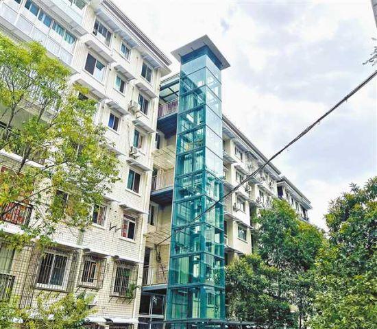 在渝中区重庆医科大学家属区,许多老楼房加装了电梯。 市住房城乡建委供图