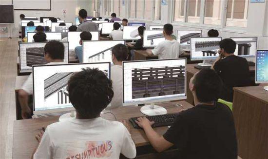 学生在渝交测绘公司BIM中心开展桥梁BIM建模准岗式实训