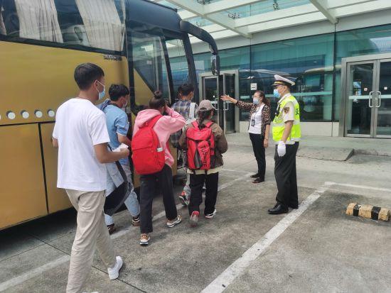 图为交通执法人员送大学生们上班线客车。交通执法供图