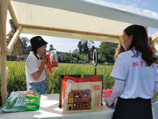 """活动现场,""""巴渝网姐""""正在直播带货。重庆市妇联供图"""