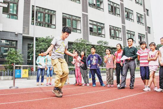 这是王红旭老师在重庆市大渡口区育才小学为学生示范跳绳(2014年5月15日摄)。新华社发