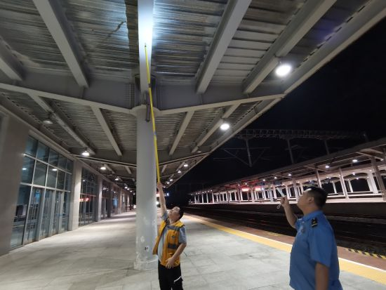 万州北站对站内揭示揭挂、照明等设施设备进行巡检排查。