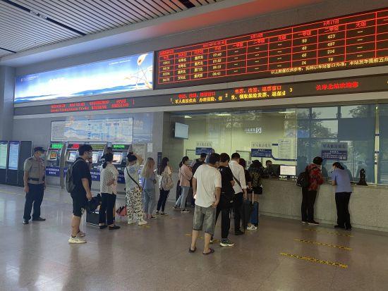 图为 长寿北站引导旅客有序退票改签。