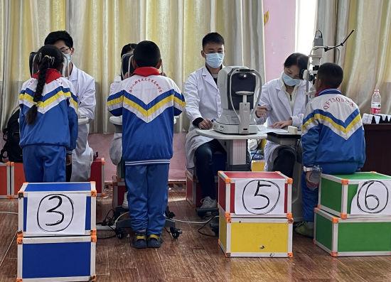 图为西藏一小学学生正在进行眼病筛查。重庆医科大学供图