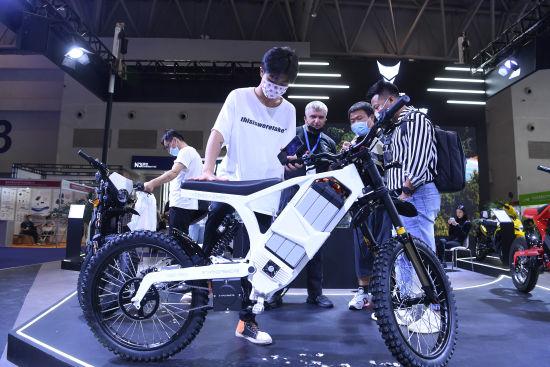 图为2021中国摩博会展览现场的重庆钇动力科技系列电动摩托车吸引参观者。陈超 摄