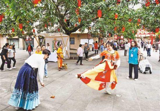 9月17日,九龙坡区陶家镇,市民正在现场体验各类传统民俗文化趣味活动。记者 郑宇 摄/视觉重庆