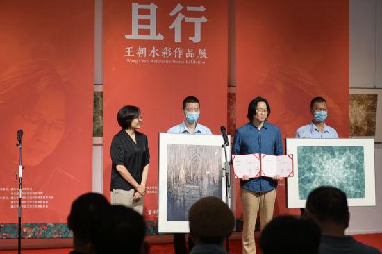 艺术家王朝(右二)在开幕式现场向王琦美术博物馆捐赠作品。何蓬磊 摄