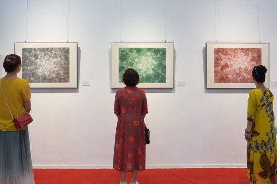 市民观看展览。何蓬磊 摄