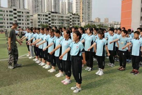 图为新生入学教育队列训练活动。合川区南屏中学供图