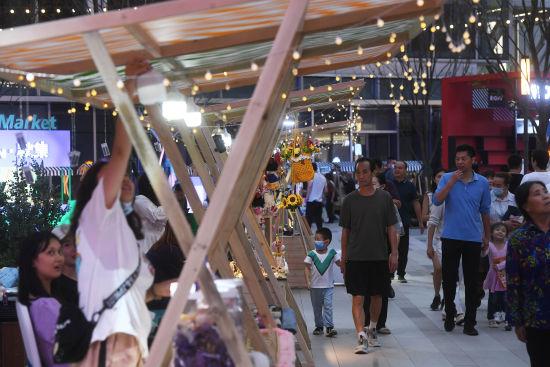图为重庆两江新区金科中心商圈内的夜市街区人来人往。陈超 摄
