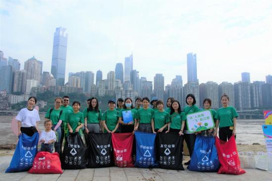 图为志愿者们沿江捡拾垃圾。达飞集团供图