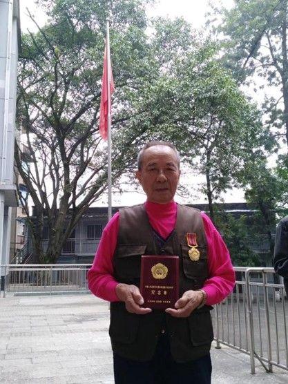 图为张仁全荣获中国人民志愿军抗美援朝出国作战70周年纪念章。受访者供图