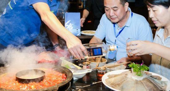 游客体验重庆美食。曾英豪摄