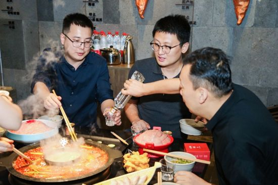 游客品尝重庆美食。曾英豪摄
