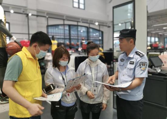图为重庆移动志愿者联合公安机关面向市民开展防电信诈骗的宣传。重庆移动供图
