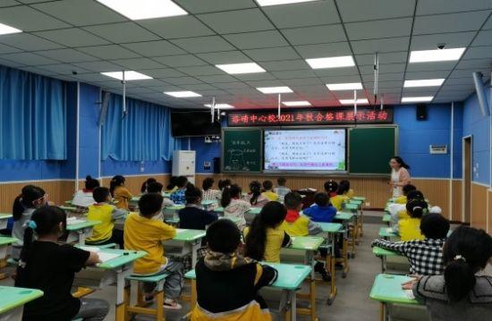 图为青年语文教师徐诗璐执教二年级。渝北区洛碛中心校供图