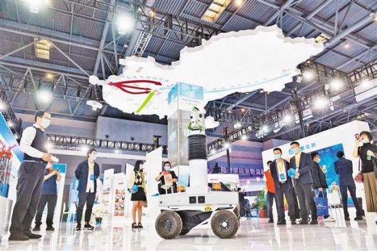 10月13日,2021中国西部(重庆)国际物流博览会现场,中建铁投集团自主研发的移动式高精度测量机器人吸引了不少参展商的关注。 记者 罗斌 摄/视觉重庆