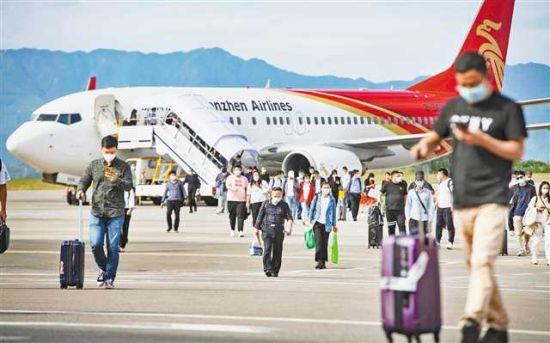 10月12日,万州机场2021年旅客吞吐量突破100万人次,刷新了万州机场旅客吞吐量同期纪录。特约摄影 冉孟军/视觉重庆