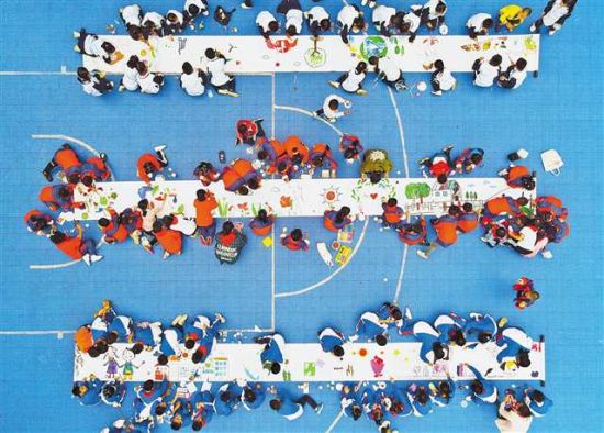 十月十二日,南岸区新市场小学,同学们开展环保绘画活动。特约摄影 郭旭\视觉重庆