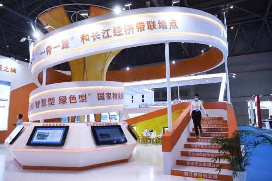 图为嘉宾参观重庆果园港国家物流枢纽展台。陈超 摄