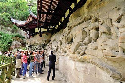 大足石刻景区吸引了很多客人前来游览. (资料图片)-国家旅游局通