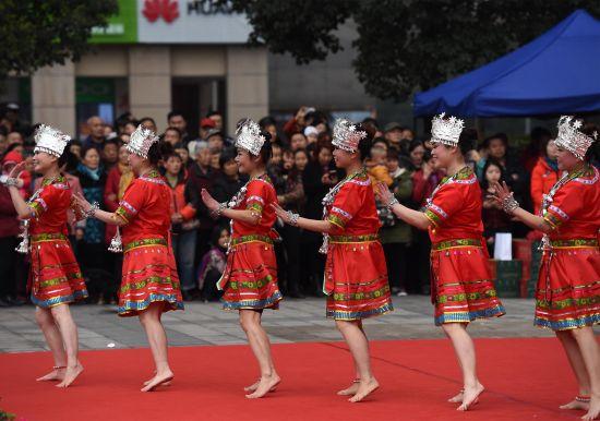 """重庆举办广场舞比赛庆""""3.8"""""""