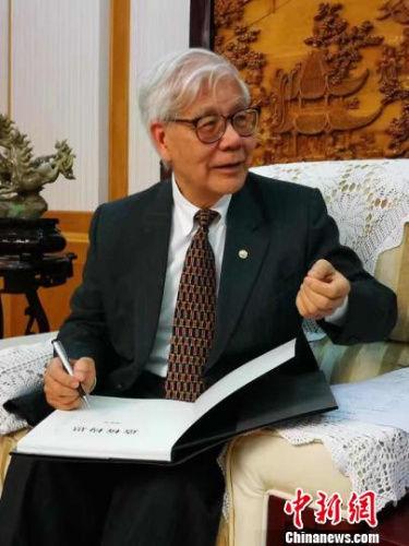 图为美国国家工程院院士、中国工程院外籍院士邓文中。受访者供图