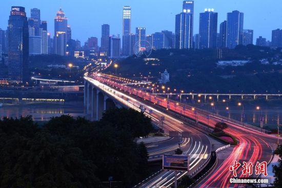 """""""桥""""是重庆的城市名片,也加速了地方周边区域的经济发展."""