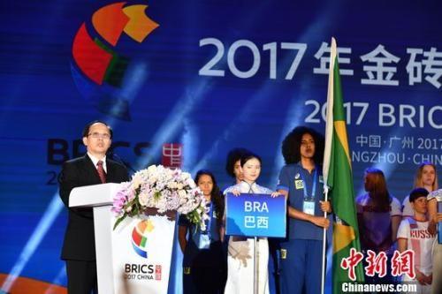 国家体育总局局长苟仲文宣读了中国国家主席习近平的贺信,并宣布2017年金砖国家运动会开幕。陈文 摄