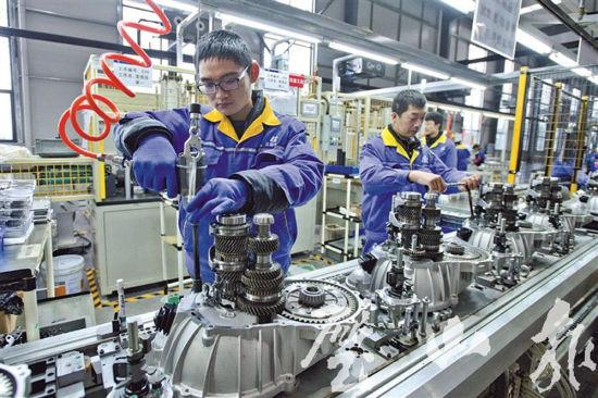 1月30日,蓝黛变速器有限公司,工人在变速器总成装配生产线上忙碌.图片
