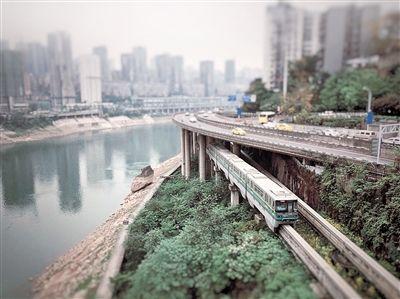重庆的轨道交通,是城市的一道风景线. 记者 刘力 摄
