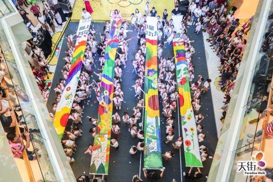 巨幅绘画公益行动举行 相聚龙湖重庆西城天街