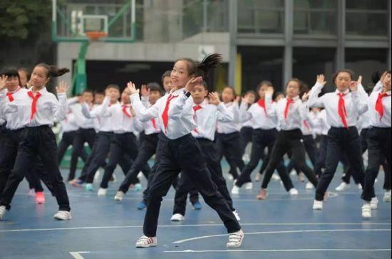 一群天真可爱的一年级新生穿着白底红花的汉服蹦蹦跳跳地上场,他们