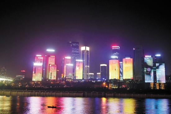 """以""""梦幻江北嘴""""为主题的江北嘴灯光秀由重庆大剧院的夜景灯饰与邻近九栋楼宇的夜景灯饰举办灯光联动。首席记者 崔力 摄"""