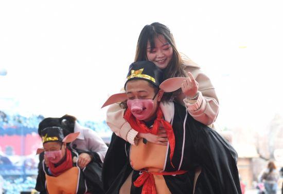 """重庆:""""二师兄""""背媳妇趣味比赛迎妇女节"""