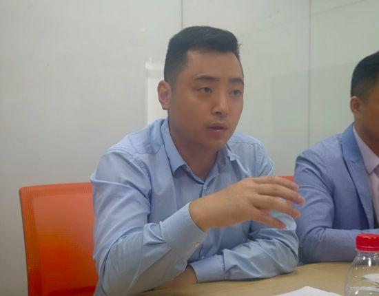 图为阿里巴巴ICBU中西部大区重庆区域卖力人谭显青接收记者采访。摄影 刘贤