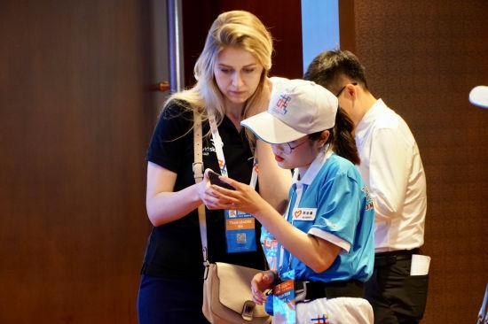 图为志愿者为国际友人提供办事。主办方供图
