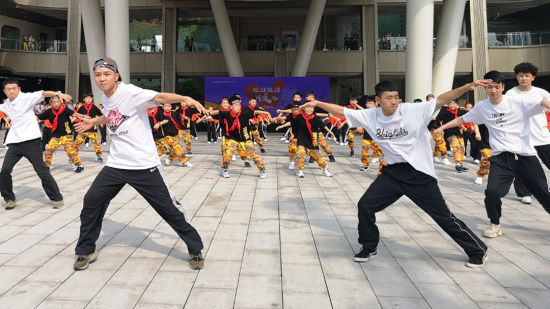 """""""六一""""儿童节 南岸区300余名小朋友玩""""快闪"""""""