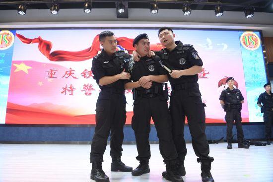 图为民警自编情形短剧现场为师生展示。陈超 摄