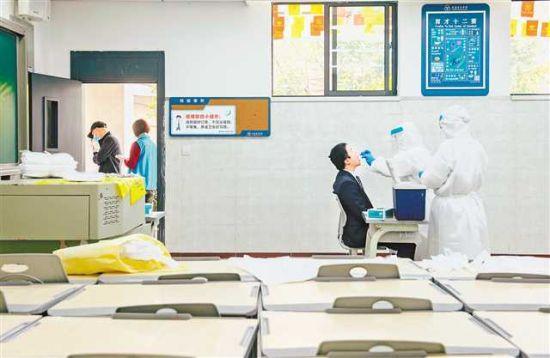 4月16日,重庆育才中学,首批复工的教职员工正在进行核酸检测。首席记者 崔力 摄