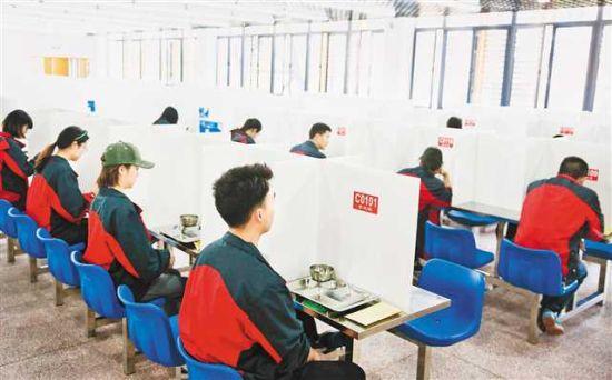 4月15日,在北碚区朝阳中学南校区,教师参加食堂错时间隔就餐环节演练。特约摄影 秦廷富