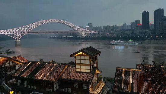 夜幕下的朝天门长江大桥。袁子寒 摄