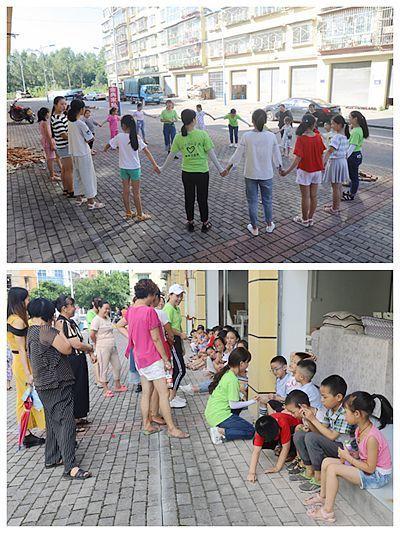 教小朋友们学起了舞蹈,每个小朋友都认真的跟着志愿者的动作挥动自己