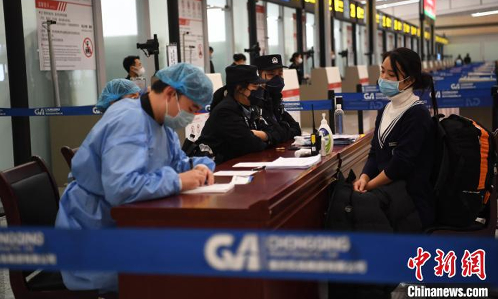 重慶機場對進出港航班旅客實行體溫檢測(ce)