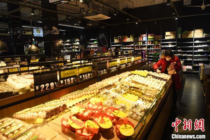 重慶社區(qu)超市生活物資充足 民眾戴口罩出行選購