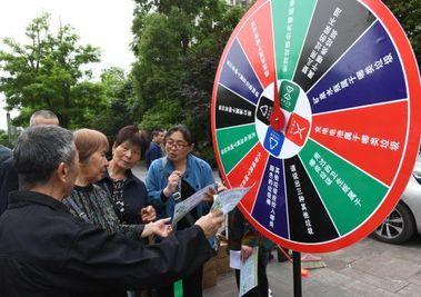 重庆民众玩垃圾分类处置游戏 提高绿色环保意识
